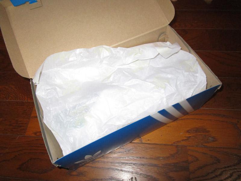 スタンスミスの箱を開ける